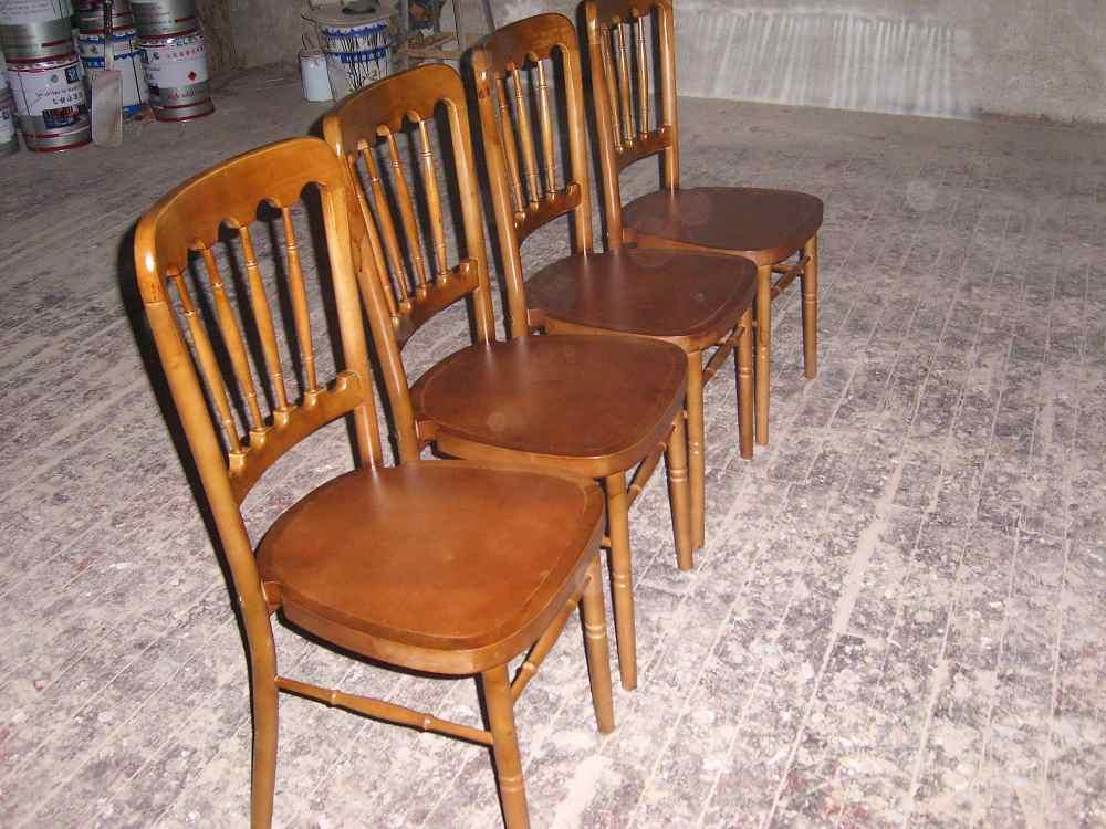 de gekleurde houten stoelen van het kasteel ww001 de