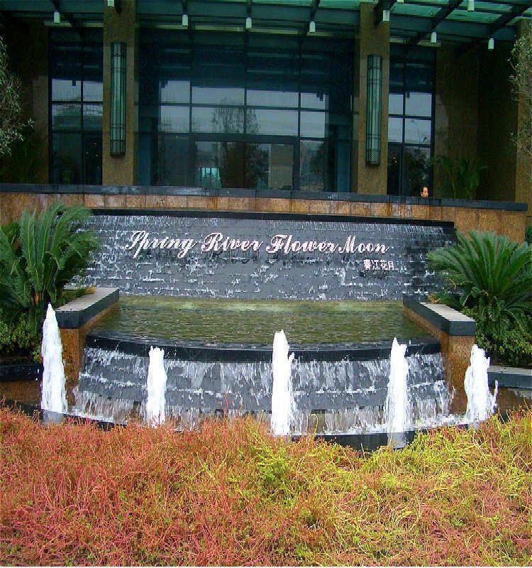 fuente de agua decorativa delante de hotelesde edificios con el inyector del resorte que
