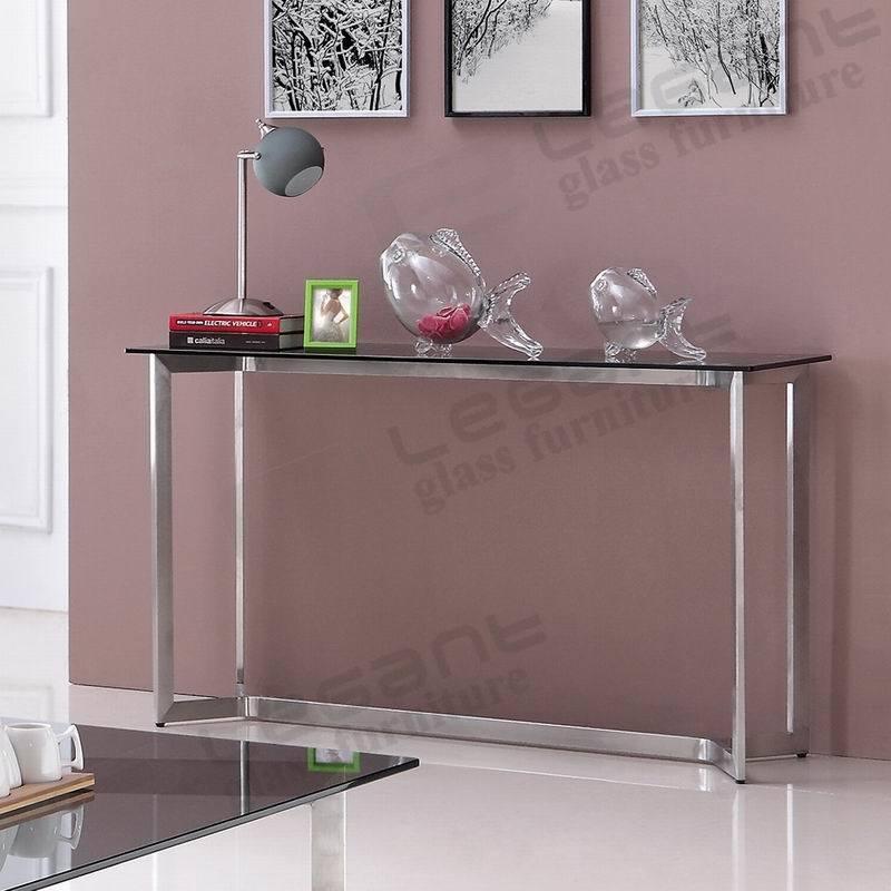 솔질된 스테인리스 다리를 가진 회색 강화 유리 콘솔 테이블에 ...