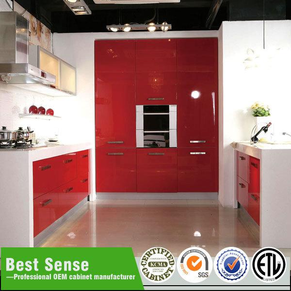 armarios en forma de l modernos de la despensa de la cocina con el vector de cena