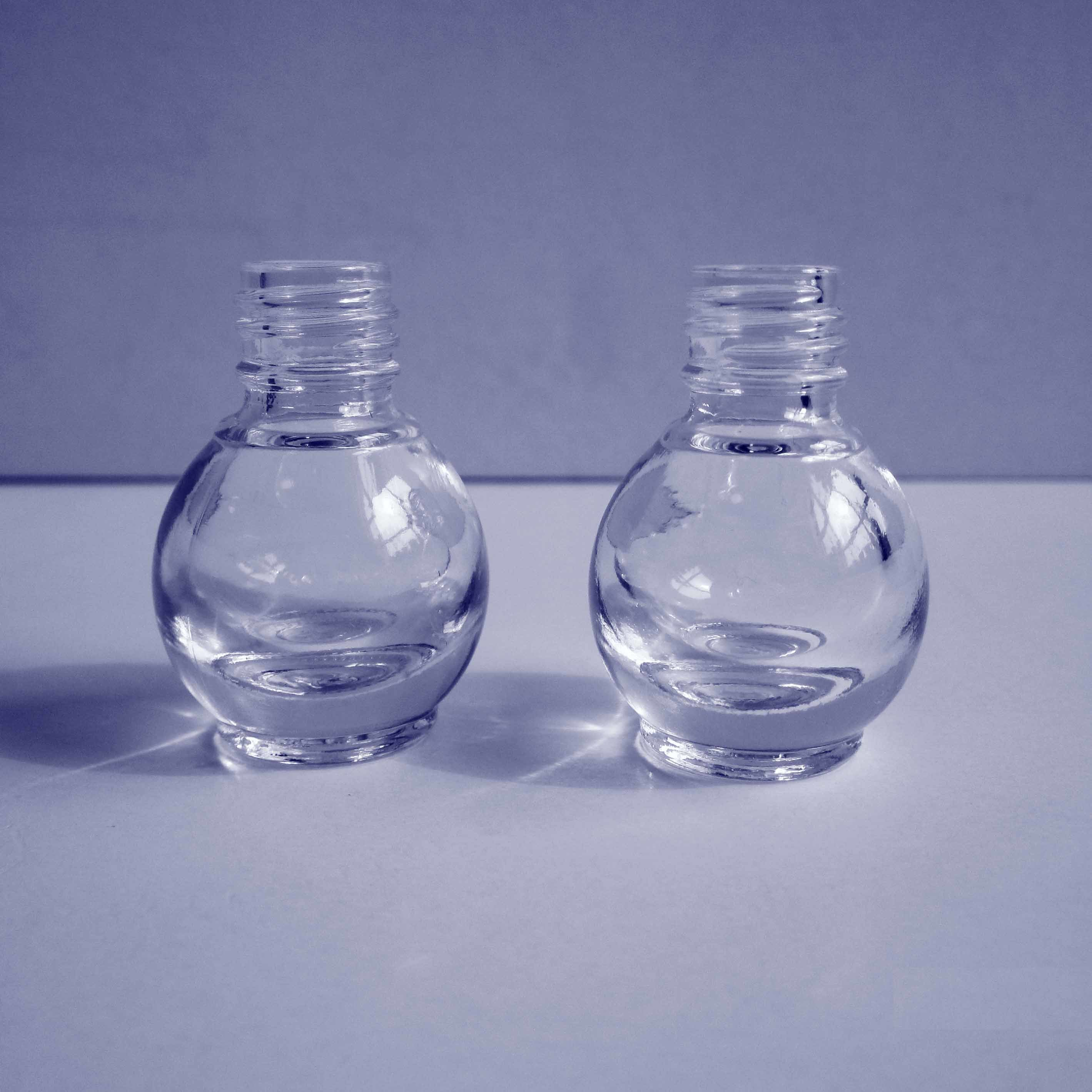 petite bouteille en verre ronde de vernis ongles. Black Bedroom Furniture Sets. Home Design Ideas