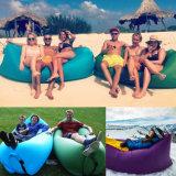 キャンプのたまり場のLamzac浜のバナナの寝袋をハイキングする10秒不精で膨脹可能なLaybag