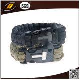 La sopravvivenza esterna 7 incaglia il braccialetto di 550 Paracord con l'inizio ed il fischio del fuoco del silice