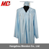 Bleu de ciel brillant en gros de chapeau et de robe de graduation de lycée