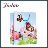 Fleurs de papier enes ivoire de mode et sac de papier de cadeau d'achats de main de Buttlefly