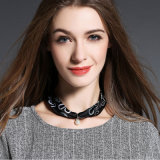 Collier en soie noir d'écharpe pour des femmes