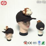 El sombrero blanco con el juguete suave de la felpa embroma el casquillo