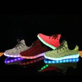 Yeezyの卸し売り靴USBの充電器は女性のためのLEDの靴をつける