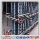 La construcción concreta premonta encofrado de la pared de la fuerza que pela