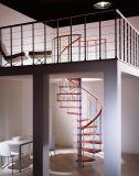 内部の木のステップ螺旋階段