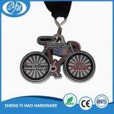 Lo smalto alla moda di figura della bicicletta di disegno mette in mostra la medaglia per i capretti