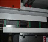 Hölzerne Tür, die CNC-Fräser-Maschine herstellt