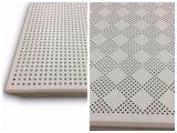 Строительный материал обшивает панелями декоративный потолок
