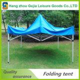 Sfortuna. Il tubo di alluminio schiocca in su la tenda gonfiabile della tenda foranea