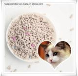 Limpiar y agrupando la litera de gato de la bentonita