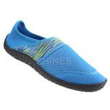 プリントおよび網が付いている人浜の水の靴