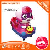 Glückliche Unterhaltungs-Auto-Fahrkleine Kind-Schwingen-Fahrten