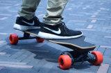 Moderner Vierradselbst, der elektrisches Skateboard mit Fernsteuerungs balanciert