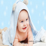 かわいいデザイン刺繍が付いている女の子のフード付きタオル