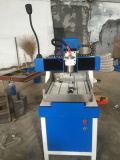 Madera que trabaja los ranuradores del CNC con el corte que talla el grabado