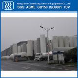 El tanque del GASERO de la estación de servicio del gas