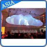 Sehr große Ballon-Wolke mit den LED-Lichtern, aufblasbaren Wolken-Ballon beleuchtend