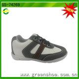 Ботинки спорта мальчика ребенка в Кита