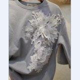 女性のレースの花が付いている綿によって洗浄される中間の袖のTシャツ