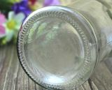 In het groot het Drinken van het Glas Evian Fles, de Fles van het Mineraalwater, de Container van het Glas van de Alcoholische drank