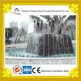 Fuente redonda de la charca de la plaza con las esculturas en centro