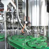 Bebidas carbonatadas de la botella de cristal que llenan y que capsulan la máquina