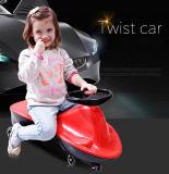 Giro del giocattolo dei capretti del bambino sull'automobile dell'oscillazione con la rotella muta