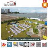 [أركم] خيمة لأنّ شاطئ عرس في حديقة مع حائط جانبيّ زجاجيّة