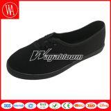 新式の明白で平らな人または女性のキャンバスの偶然靴