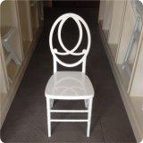 Weißer Plastikharz-Phoenix-Stuhl mit roter Sitzauflage