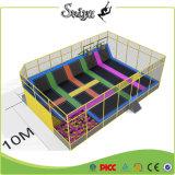 Liberare l'avventura dell'interno del trampolino dei bambini di disegno di corpo del ridurre in pani esterno della costruzione con i cerchi di pallacanestro