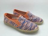 方法人の女性のロープによって包まれるOutsoleの偶然のズック靴