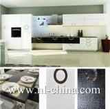 "Pequeña cabina de cocina de madera blanca en forma de ""U"" moderna"