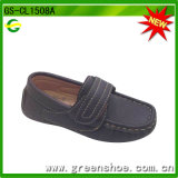 L'enfant de fantaisie badine des chaussures d'oisif avec le Velcro