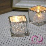 現代正方形の小さい点が付いている電気版のガラス蝋燭ホールダーの蝋燭のコップ