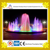 Grande fontana di acqua del raggruppamento con le piccole fontane rotonde indipendenti