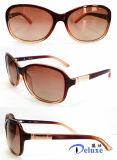 Gafas de sol plásticas de la manera del nuevo diseñador de la marca de fábrica para las mujeres con su insignia (DP1127YZ)