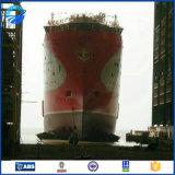 El barco inflable atraca el dique flotante usado para el lanzamiento de la nave