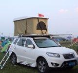 2か3人のラックが付いている堅いシェルの屋根の上のテント