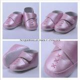 低く助けるべき屋内白い赤ん坊の幼児の靴