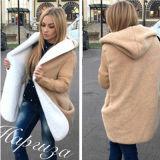 高品質の冬の女性は毛皮のコートを暖める