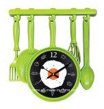 Cuiseur différent de cuisine et grande horloge de mur frite délicieuse d'oeufs