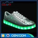 設計されている星プリントが付いている卸し売り金LEDの夏ライト靴