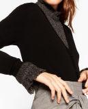 Donne moda che lavorano a maglia cardigan