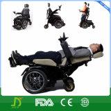 Stahl, der oben im Freien elektrischen Rollstuhl steht